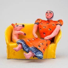Dam i soffa med hund, Bukowskis, 26 cm bred, 24 hög, utrop 4 000 kr. År 2016.