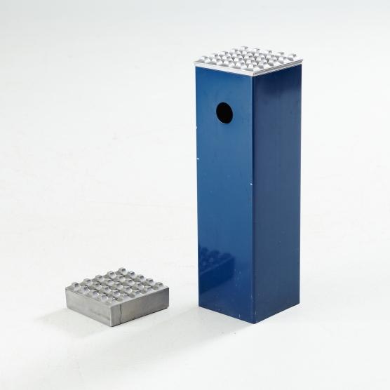 """GOLVASKOPP, ASKKOPP, Beck & Ljung, """"Ultima 15"""", underrede i form av blå plast, askkopparna i formgjuten aluminium, golvaskkoppens mått höjd 50, 15x15 cm. Utrop 1 500 kr, klubbat pris 400 kr. Stockholms auktionsverk i april 2014."""