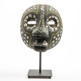 Mask med pärlor, värderad till 600 kr.