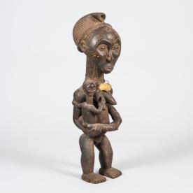 Min favorit, hela 88 cm är den skulptur. Kvinna med barn. Värderad till 800 kr.
